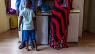 Kaum Platz zum Toben: Eine somalische Familie mit vier Kindern teilt sich ein Zimmer.