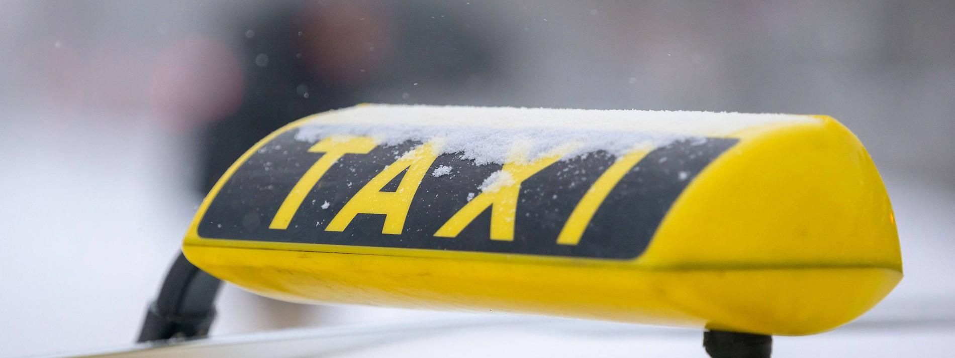 Taxifahrer mit Pistole bedroht – Autobahn 7 gesperrt