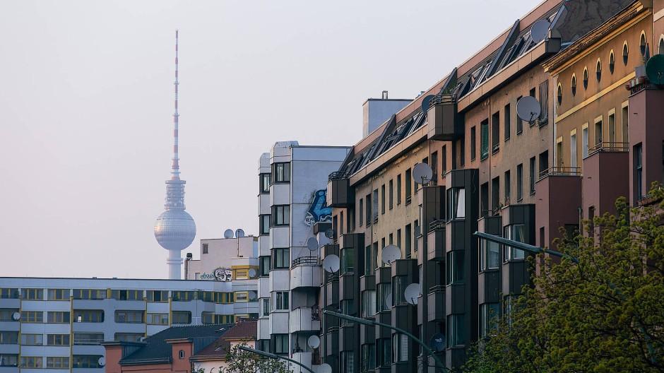 Kampfplatz Mietskaserne: Um die Wohnkosten zu dämpfen, greifen die Berliner zu radikalen Mitteln.