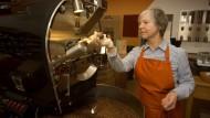 Legt Hand an: Ursula Ripper hat in ihrem Laden einen Kaffeeröster.