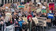 """Schüler aus Frankfurt nehmen am weltweiten Klimaprotest """"Friday for Future"""" teil."""