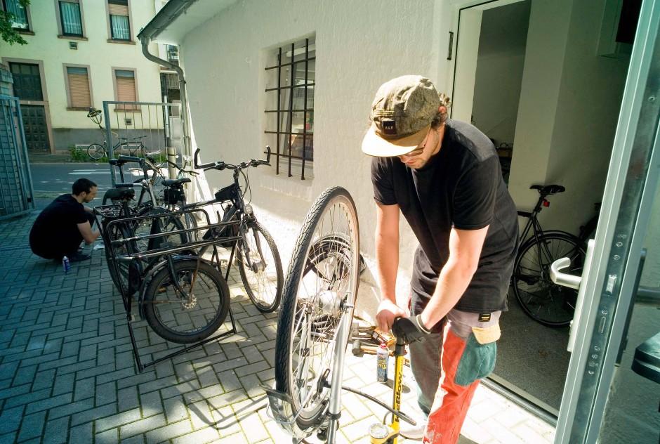 Mechaniker: Pascal Röhm vor der Fahrradwerkstatt