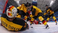 Mit aller Macht verteidigt: Das deutsche Eishockey-Team siegt 2:1 gegen die Schweiz.