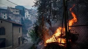 Waldbrand in der Toskana bedroht mehrere Ortschaften