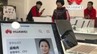 Ein Porträtfoto von Meng Wanzhou auf einem Huawei Computer in Peking.