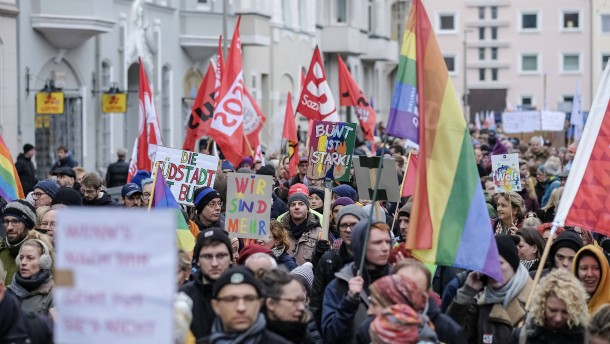 Mehr als 7000 Menschen demonstrieren gegen NPD-Kundgebung