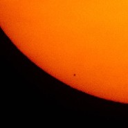 Dieser Blick blieb Himmelsguckern in Deutschland vielerorts verwehrt: Der Merkur zieht es schwarzer Punkt vor der Sonne vorbei.