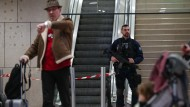 Unter Beobachtung: Ein französischer Polizist steht nach der Attacke auf Soldaten am Flughafen Orly in Paris.