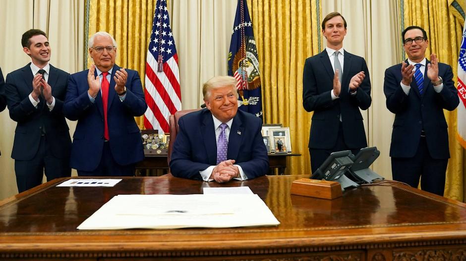 """""""Das Eis ist gebrochen"""": Trump erhält im Weißen Haus Applaus von Mitarbeitern zu dem Abkommen."""
