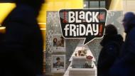 In einem Hamburger Geschäft wird mit Black-Friday-Rabatten geworben.