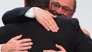 """Was wird aus Martin?"" EU-Parlamentspräsident Schulz umarmt Sigmar Gabriel."
