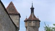 Ein Teil der Stadtmauer mit Klingenturm von Rothenburg ob der Tauber.