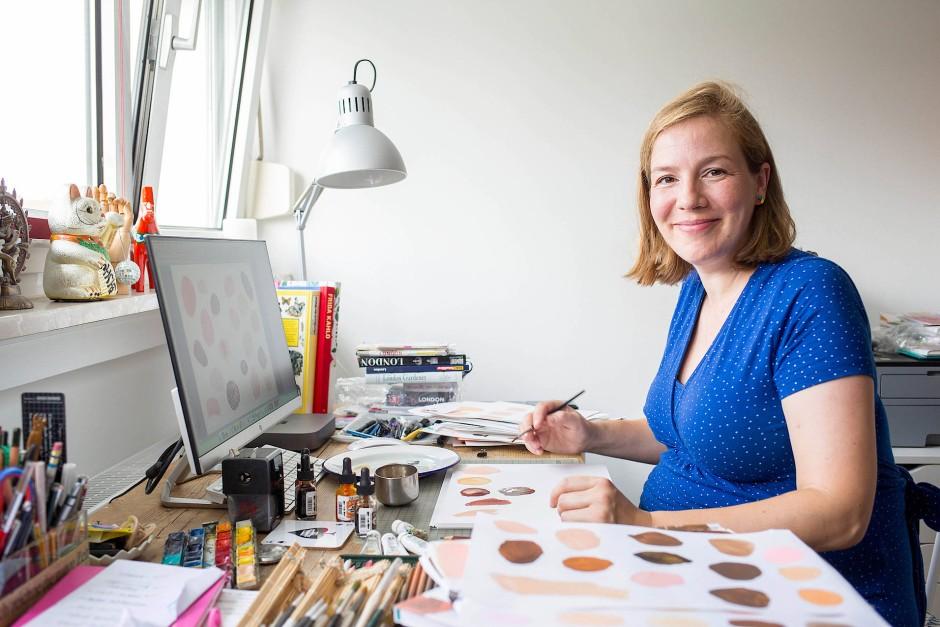 """Strich und Farben: Im März ist Amelie Persson aus London nach Frankfurt zurückgekehrt, rechtzeitig zum Erscheinen des Buches """"Wie siehst du denn aus? – Warum es normal nicht gibt."""" Am Schreibtisch in Ginnheim zeichnet sie neue Bilder auch aus England."""