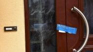 Die Polizei hat die Eingangstür des Hauses in Mannheim versiegelt.
