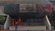 Demonstranten legen Feuer im Rathaus von Iguala