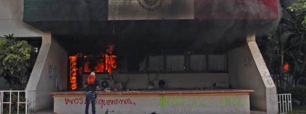 Unbekannte haben das Rathaus in Iguala in Brand gesteckt.