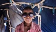 Ibrahim ag Jiddou ist 12 und mit seiner Familie vor der Gewalt im malischen Lere geflohen. In einem Busch-Taxi machte sich die Familie auf den Weg in das 19 Stunden entfernte Flüchtlingslager in Mbera, wo mehr als 64.000 Flüchtlinge leben. Wenn er einmal groß ist, will Jiddou ein General in einem unabhängigen Staat Azawad werden, sagt er.