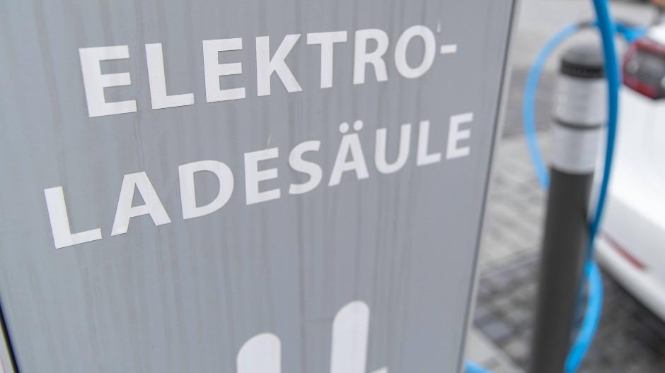 Der durchschnittliche Normverbrauch eines Elektroautos liegt bei 15 kWh je 100 Kilometer.