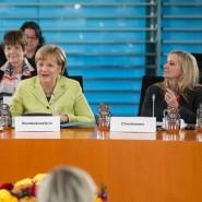 Der engste Kreis der Macht: Merkel mit ihrer ehemaligen stellvertretenden Sprecherin Christiane Wirtz (links) und Eva Christiansen (rechts)
