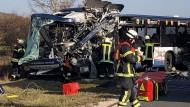 Nach dem Frontalzusammenstoß zweier Busse im Landkreis Fürth in Bayern ist die Lage unübersichtlich.