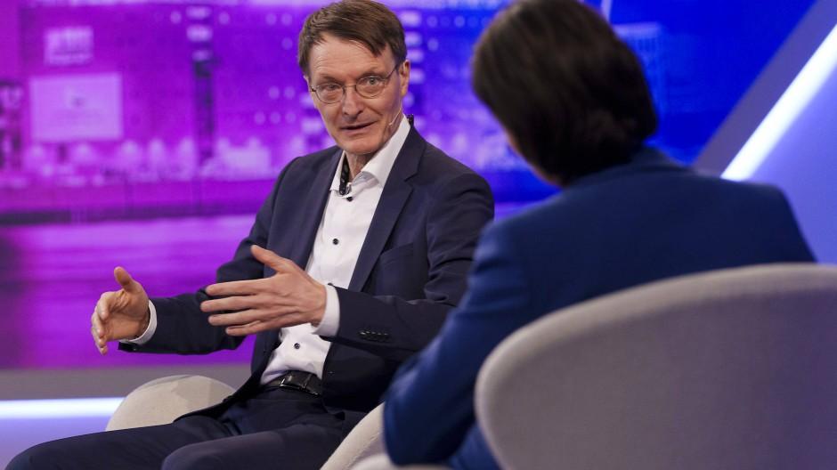 Karl Lauterbach (SPD) ist Koalitionsabgeordneter, Oppositionspolitiker, Epidemiologe und Regierungsberater in einer Person.