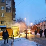 Dampf steigt aus dem Eingang des Hostels, in dem bei einem Heizungsrohrbruch fünf Menschen ums Leben kamen.