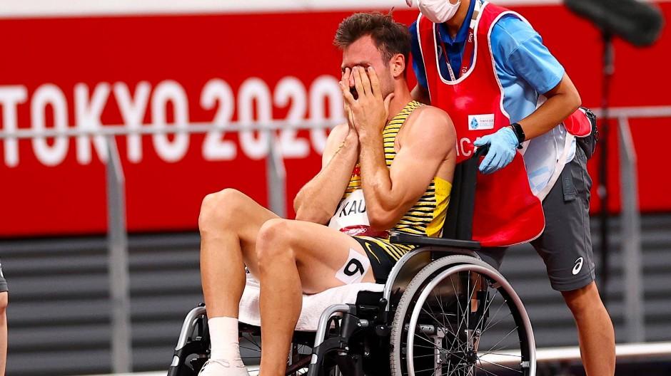 Aus unter Tränen: Im Rollstuhl wird Niklas Kaul aus dem Olympia-Stadion in Tokio gefahren.