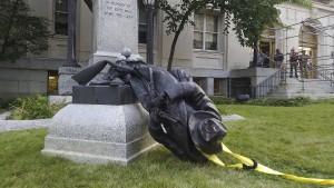 Demonstranten zerstören Konföderierten-Statue