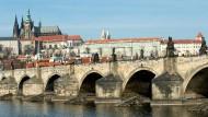 Karlsbrücke in Prag: Die Prager Innenstadt gehört zu den touristischen Hotspots in Tschechien.