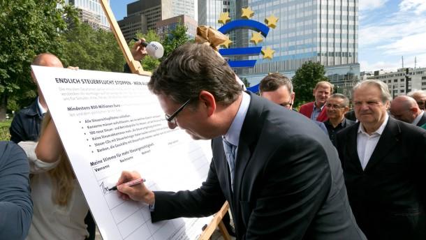 SPD Hessen sammelt Unterschriften Null Toleranz für Steuerhinterzieher - Thorsten Schäfer-Gümbel und Michael Roth bei der Erstunterzeichnung  der Unterschriftenaktion 800 Mio. für Hessen auf dem Willy Brandt Platz in Frankfurt