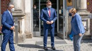 Gesundheitsminister Spahn (Mitte), gemeinsam mit Kanzlerin Merkel und RKI-Präsident Wieler Mitte Juli beim Besuch im Robert Koch-Institut.