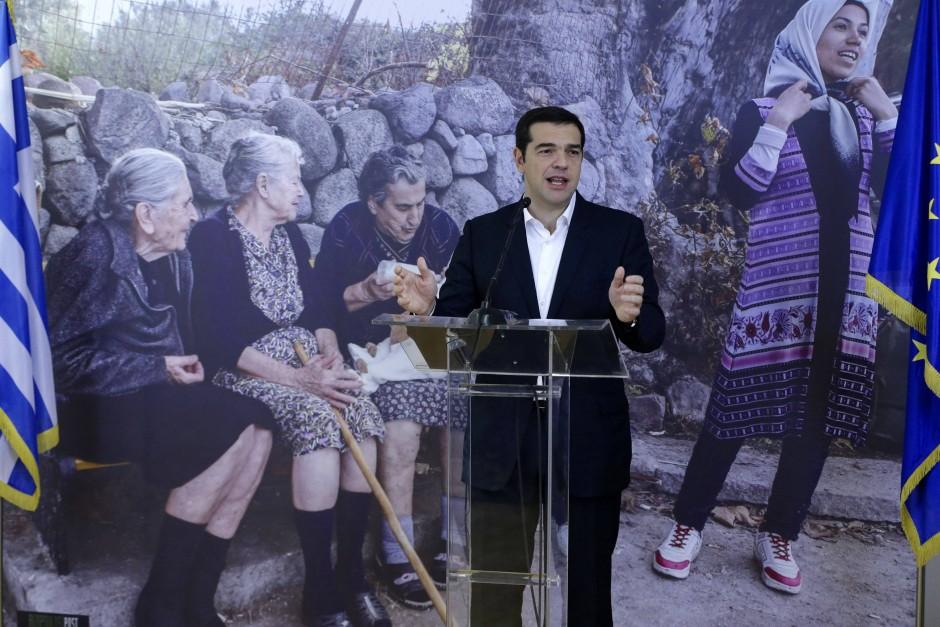 Der griechische Ministerpräsident Tsipras wünschte den Flüchtlingen, die am Mittwoch von Athen nach Luxemburg umgesiedelt werden, in Athen viel Glück für die Zukunft