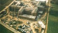Trutzburg im Bau: Sieben Jahre nachdem Hofheim Kreisstadt geworden war, ist das Landratsamt 1987 errichtet worden.