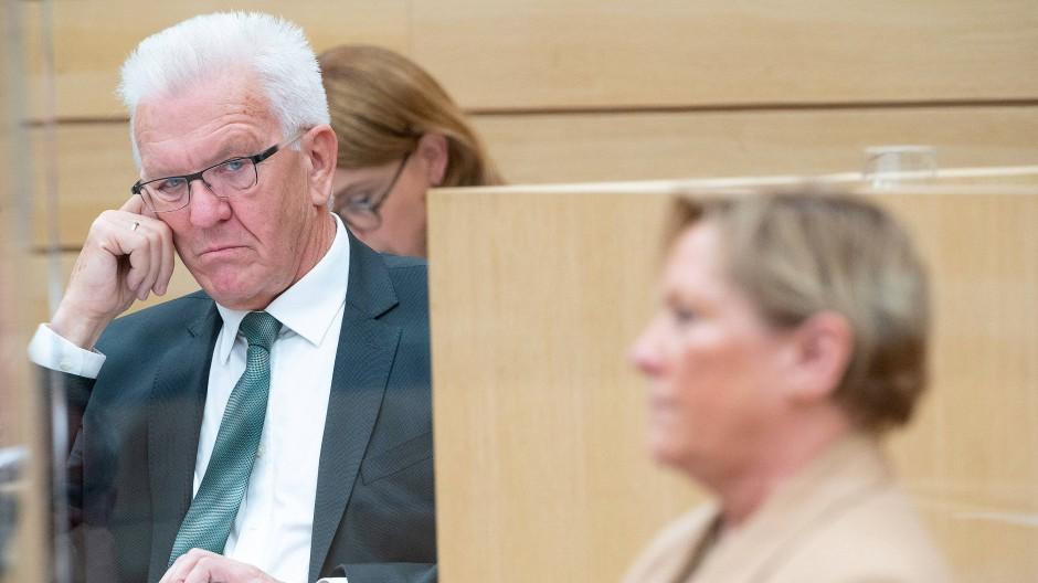 Die Konkurrenz im Blick: Ministerpräsident Winfried Kretschmann und Susanne Eisenmann am 30. September 2020 im Landtag.