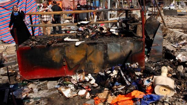 Allein in Bagdad explodierten am Samstag zwölf Autobomben. Hintergrund der Anschläge sind wachsende Spannungen zwischen Schiiten, Sunniten und Kurden.