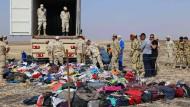 Nach dem Unglück: Ägyptische Soldaten bergen die Gepäckstücke der Opfer.