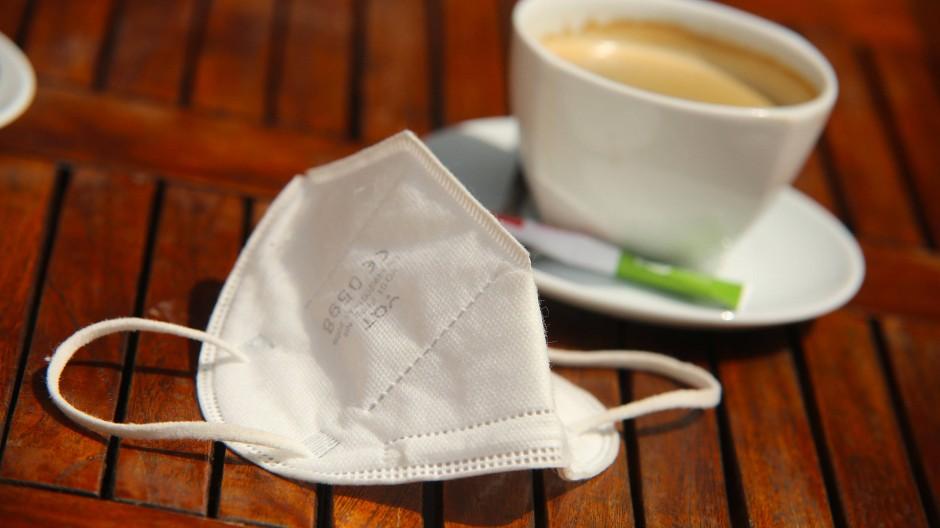 Auch im Café: Maske tragen schützt