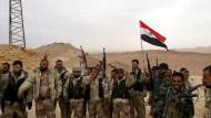 Syrische Soldaten feiern bei Palmyra