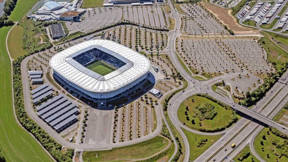 Ganz dicht: Parkplätze um das Stadion der TSG Hoffenheim versiegeln den Boden.