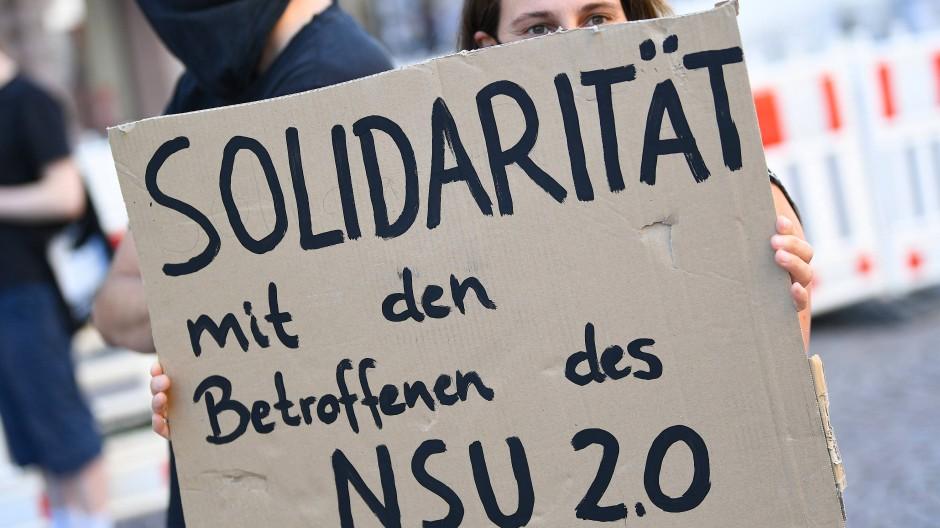 Demonstrantin bei einer Kundgebung in Wiesbaden