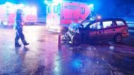 Karambolage auf der eisglatten Autobahn 46 bei Iserlohn (Nordrhein-Westfalen). Mindestens sechs Menschen wurden bei dem Unfall verletzt, darunter mehrere Kinder.