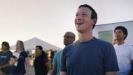 """Chef des mächtigsten Netzwerkes der Welt: Mark Zuckerberg, hier im Juli in Yuma, Arizona, beim ersten Testflug von """"Aquila"""", einem unbemannten Flugzeug, das von Facebook entworfen wurde."""