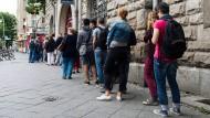 Berliner warten vor dem Bürgeramt in der Sonnenallee in Berlin-Neukölln. (Archivbild)