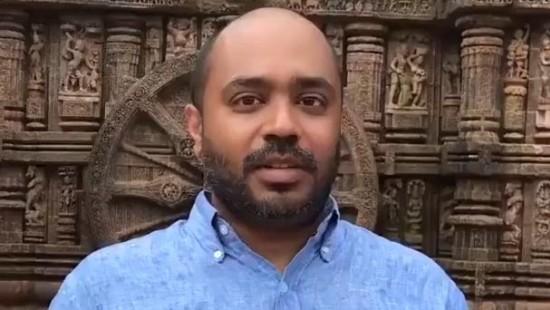 Abhijit Iyer-Mitra vor den Tempelskulpturen