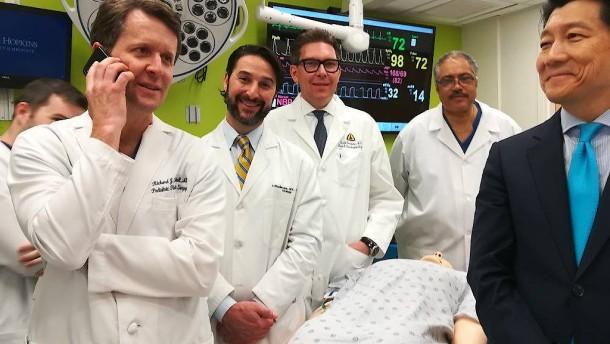 Ärzte transplantieren erstmals Penis mitsamt Hodensack