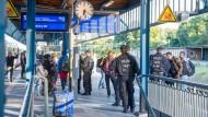 Polizisten am Mittwoch am Bahnhof in Flensburg.