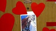 Gedenken: Die Tür von Mireille Knolls Wohnung