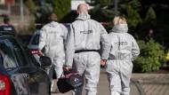 Polizisten der Spurensicherung am Donnerstag auf dem Weg zum Tatort.