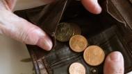 Auch wenn die finanzielle Lage zwischenzeitlich angespannt ist, dürfen Arbeitnehmer ihre Direktversicherung nicht kündigen.