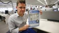 Der Chefredakteur der Zeitung Aftenposten zeigt eine Ausgabe mit dem betroffenen Foto.